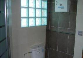 Baño de la casa rural con ducha moderna