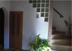 Escaleras de la casa rural al piso superior
