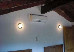 Detalle del climatizador en una de los dormitorios de la casa rural