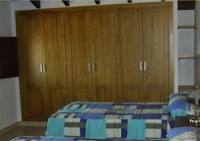 Dormitorio con camas individuales con colchas azules  en la casa rural
