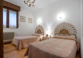 Dormitorio blanco con originales cabeceros