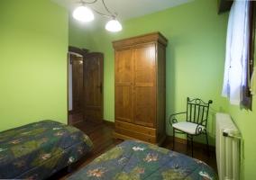 Dormitorio verde con armarios