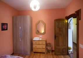 La otra parte del dormitorio rosa