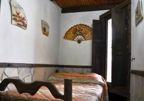 Detalle de abanico colgado en la pared en dormitorio individual