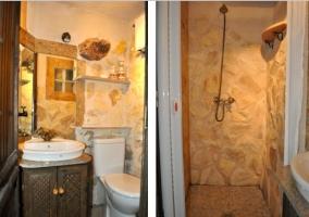 Aseo don lavabo y espejo y techo de madera