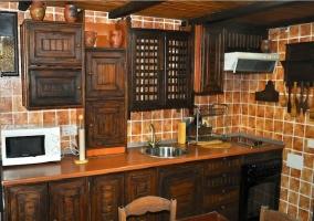 Cocina amueblada con microondas, vitrocerámica y horno