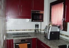 Cocina de la casa en L con ventanas