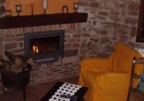 Sala de estar con la chimenea en esquina encendida