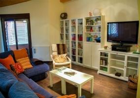 Sala de estar con mesita de ordenador