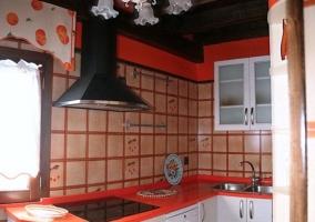 Cocina moderna en naranja-rojo y blanco de la casa rural