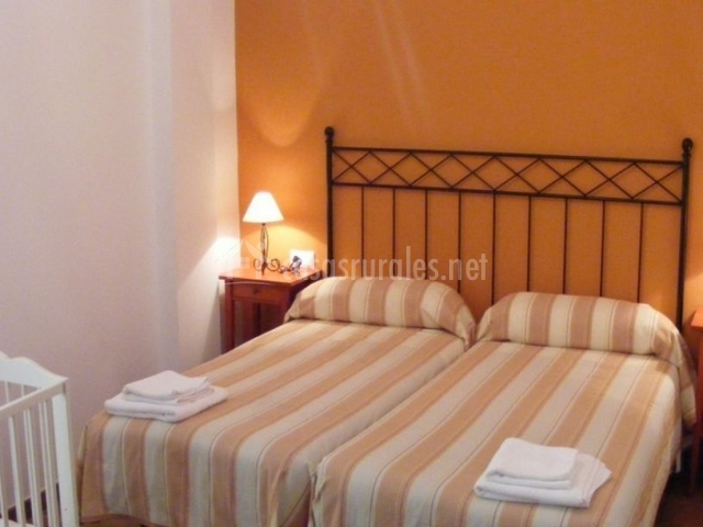 Dormitorio doble en naranja con cuna