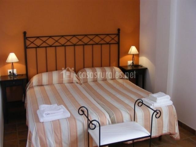 Dormitorio doble en naranja
