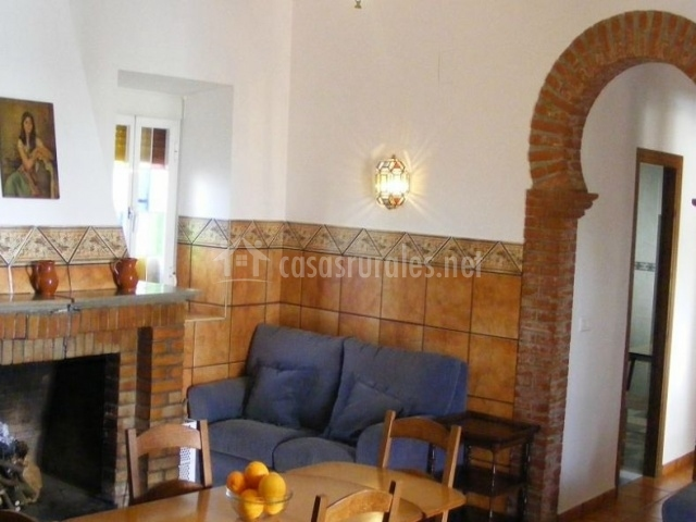 Salón comedor con mesa de madera