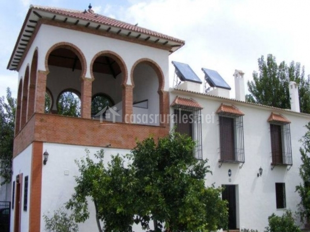 Vistas de la fachada junto a los naranjos