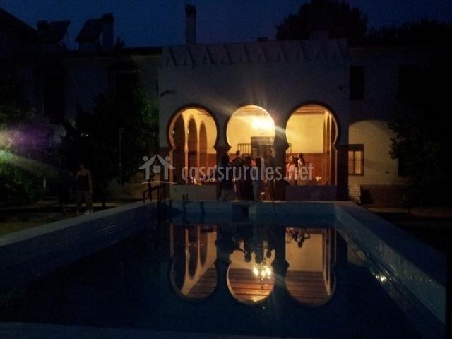 Vistas de la terraza y piscina de noche