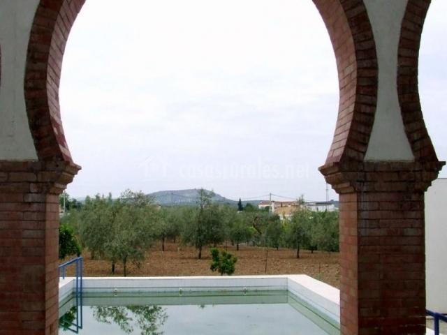 Vistas desde la villa a la piscina exterior