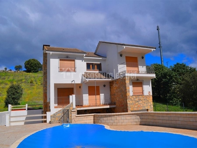 Fachada y piscina de la casa rural