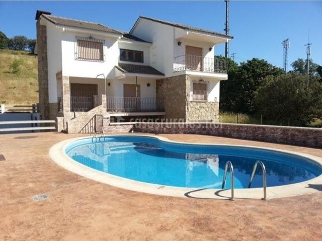 Fachada exterior de la casa con piscina de la casa rural