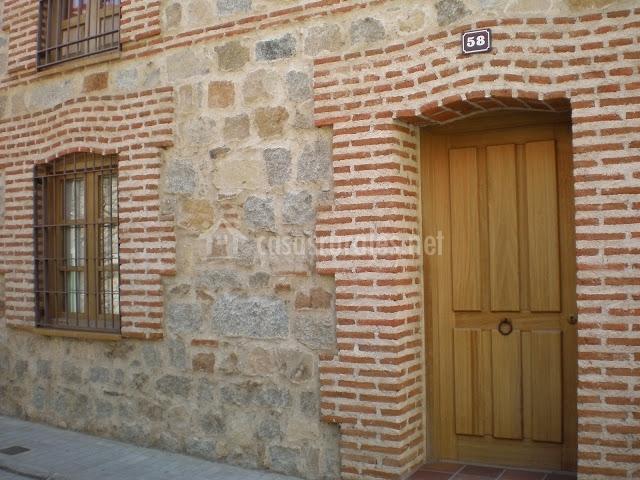 Las lanchas casa rural en navaluenga vila for Fachadas rusticas de piedra y ladrillo