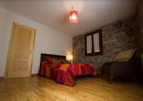 Dormitorio amplio con colcha colorida