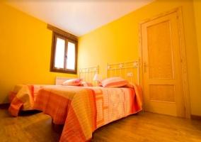 Dormitorio doble con ventanas y suelos de madera