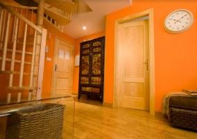 Sala de estar con paredes en naranja