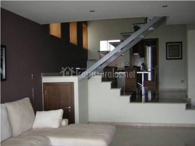 Salón con escaleras al fondo