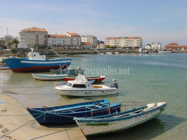 Zona de playa con barcos amarrados
