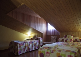 Dormitorio doble abuhardillado en madera