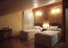 Dormitorio doble con pared de madera y luces encendidas