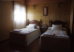 Dormitorio doble con pared de madera