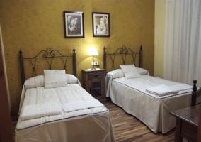 Dormitorio doble con pared en amarillo