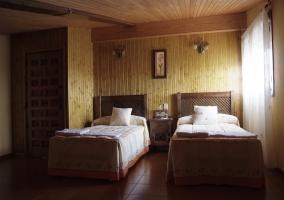 Dormitorio doble con pared y techo de madera
