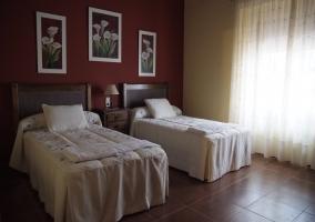 Dormitorio doble con tres cuadros de flores