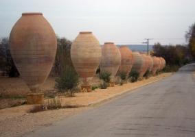 Vasijas enormes a la entrada del pueblo