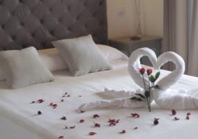 Detalle para pareja en la cama