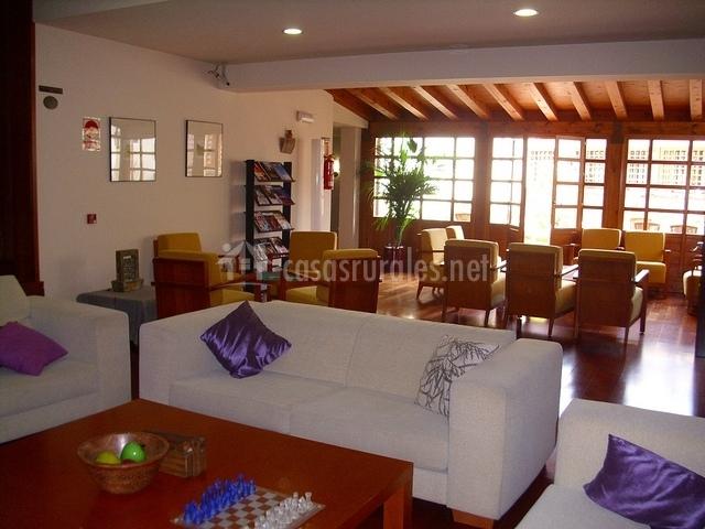 Salón con sofás y mesas