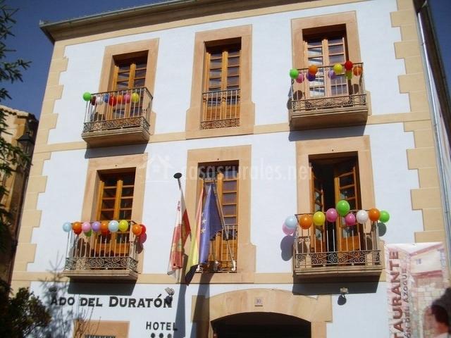 Fachada decorada con globos