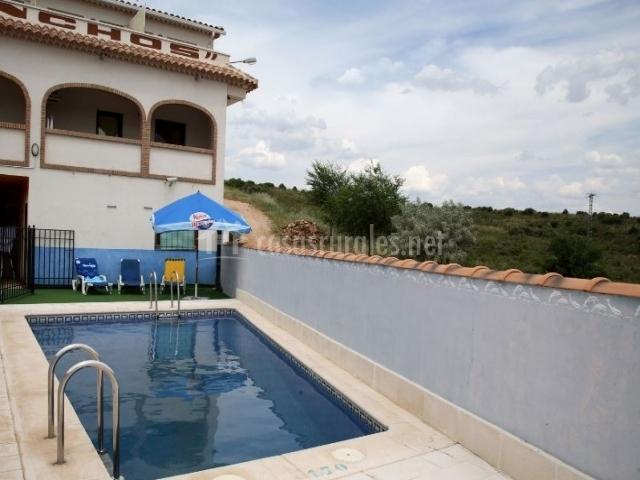 Acceso a la terraza y la piscina
