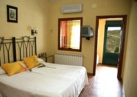 Apto Grande dormitorio doble y cojines amarillos