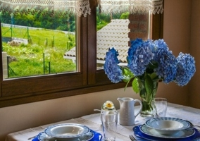 Mesita comedor junto a la ventana