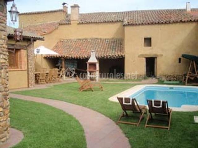 Casa rural campo de yeltes en aldehuela de yeltes salamanca for Casas con jardin y piscina
