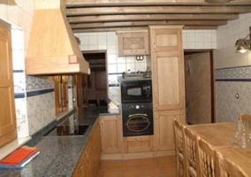 Gran mesa de madera en la cocina