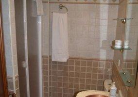 Baño con ducha y toallas