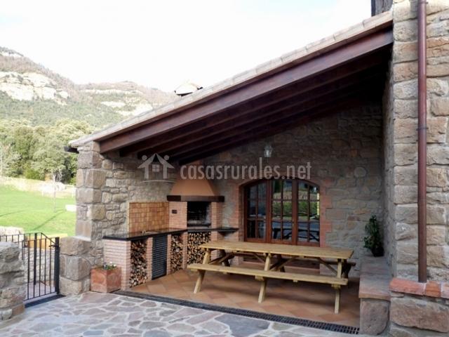 Cal maci en l 39 espunyola barcelona for Decoracion jardin barbacoa