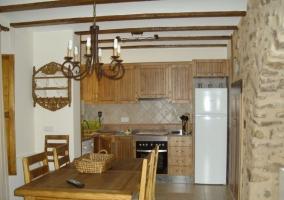 Mesa de madera y nevera