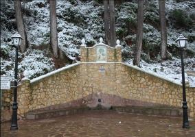 Fuente de piedra y farolas negras