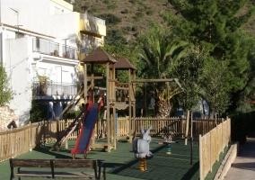 Tobogán y columpios en parque infantil