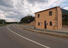 Ayuntamiento del pueblo a pie de carretera