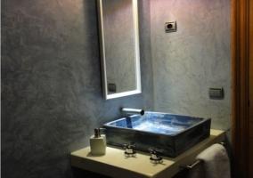 Baño con pila rectangular azul